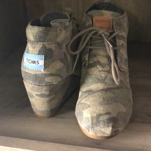 Toms camo wedge bootie